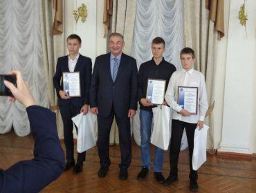 Мэр Ульяновска наградил молодых ребят грамотами за спасение человека на воде